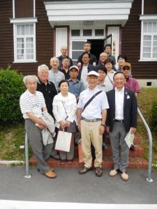 奈良平和会健康友の会会館前で:いつでも元気』2014年9月号掲載